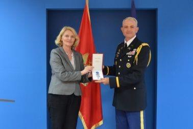 Injac uručila Medalju za zasluge potpukovniku Periju, izaslaniku odbrane SAD-a